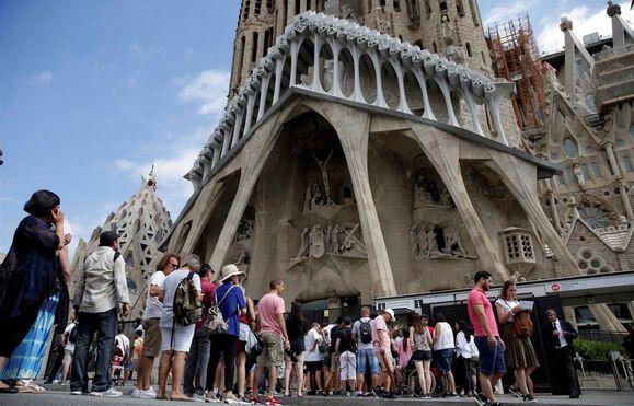 Resultado de imagem para Cordão de segurança em torno da Sagrada Família em Barcelona por alerta terrorista