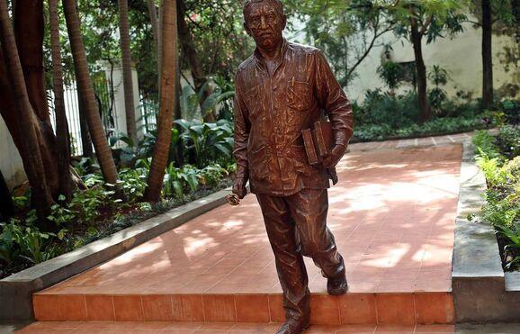 Resultado de imagem para estatua de gabriel garcia marquez - cuba