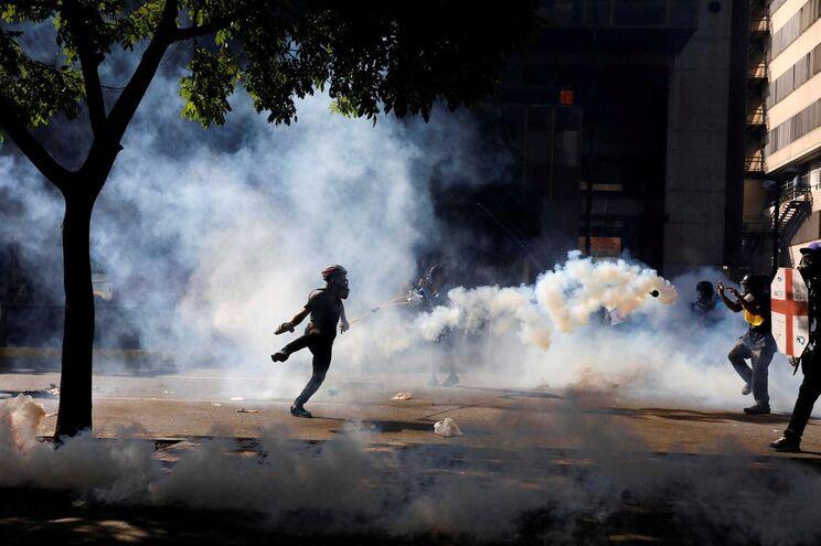 Resultado de imagem para Seis luso-venezuelanos detidos e uma centena de comércios saqueados