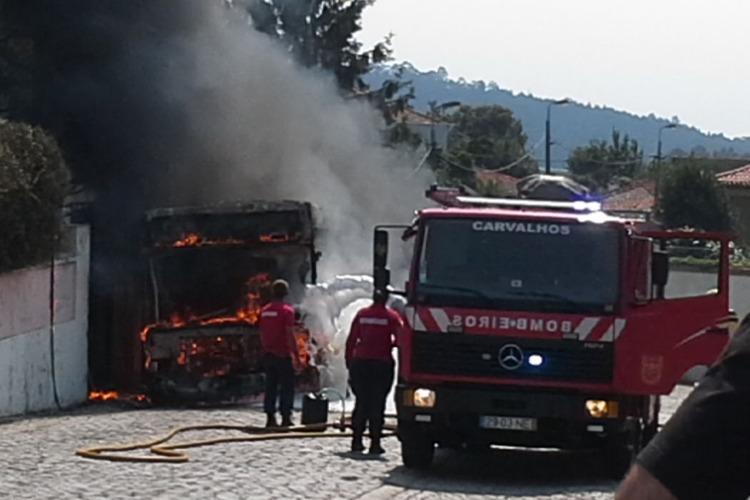 Um autocarro da União de Transportes dos Carvalhos incendiou-se, ao