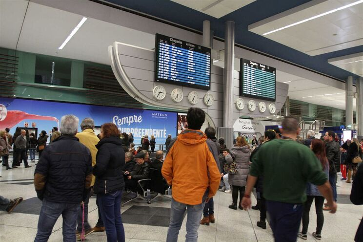 Resultado de imagem para Greves nos aeroportos desconvocadas após compromisso do Governo