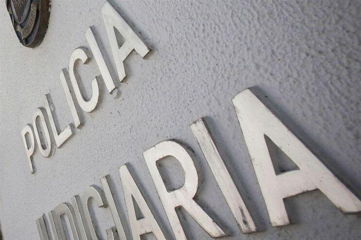 Resultado de imagem para Detida mulher suspeita de tirar 43 mil euros ao patrão durante um ano