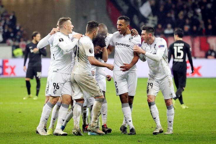epa08066443 Vitoria Guimarae's players celebrate after scoring the 3-2 lead during the UEFA Europa League