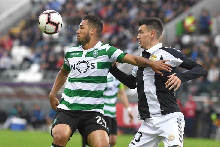 Rosic, do Nacional, disputa o lance com o sportinguista Luiz Phellype.