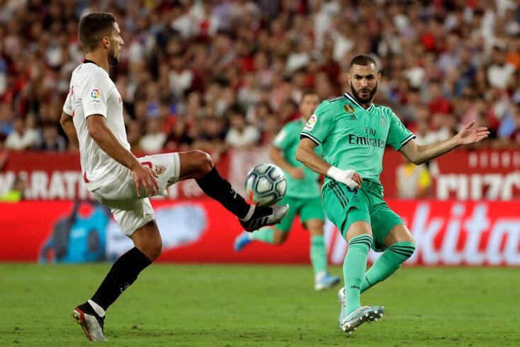 Daniel Carriço disputa a bola com Benzema