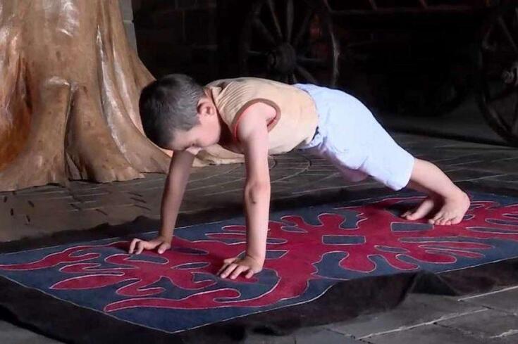 Criança de 6 anos faz 4.000 flexões para dar casa aos pais