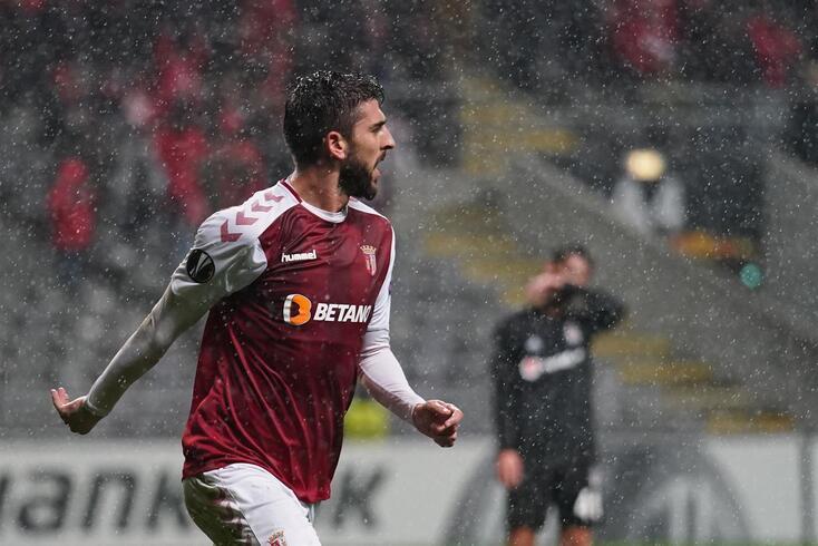 Paulinho bisou frente ao Besiktas