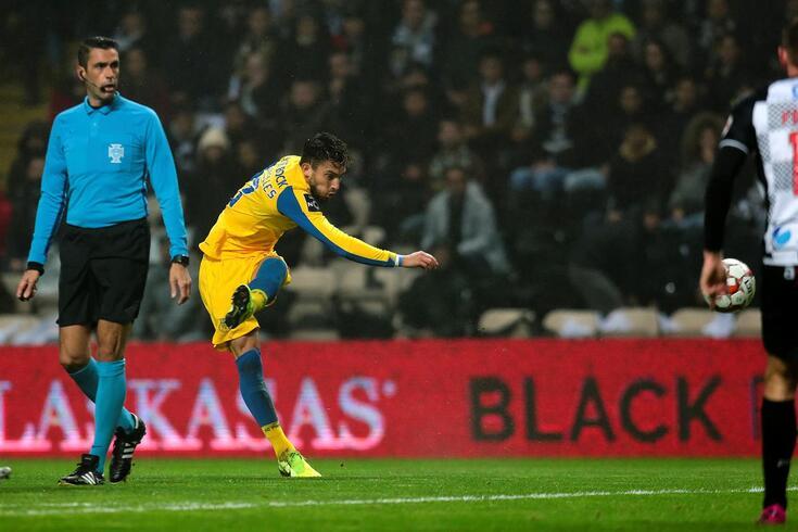 Alex Telles deu a vitória ao FC Porto no Bessa com um remate fora da área