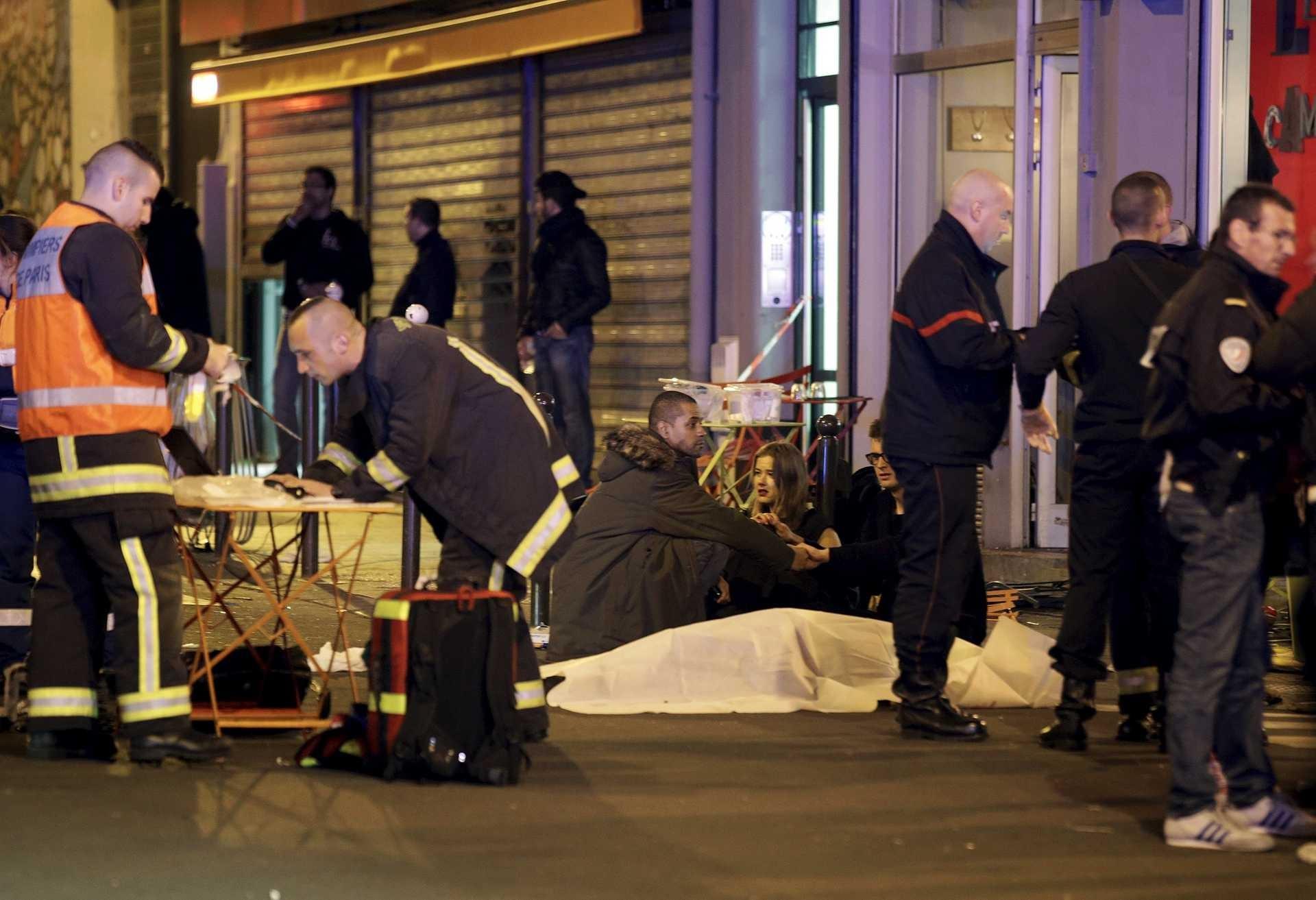 Oito terroristas mortos nos ataques de Paris após atentados que mataram mais de 140 pessoas Ng5161365