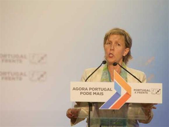 Maria Luís Albuquerque acusa Governo de estar sempre a arranjar desculpas