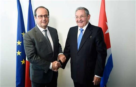 França recebe presidente de Cuba com todas as honras
