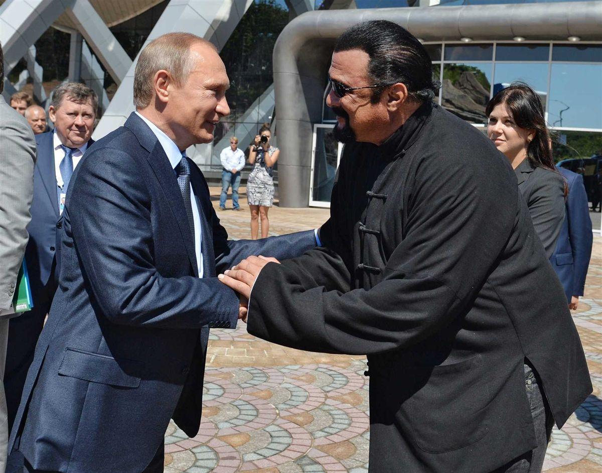 Putin concede cidadania russa a Steven Seagal