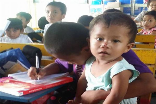 Resultado de imagem para Filipinas Menino leva irmão para a escola para não o deixar sozinho