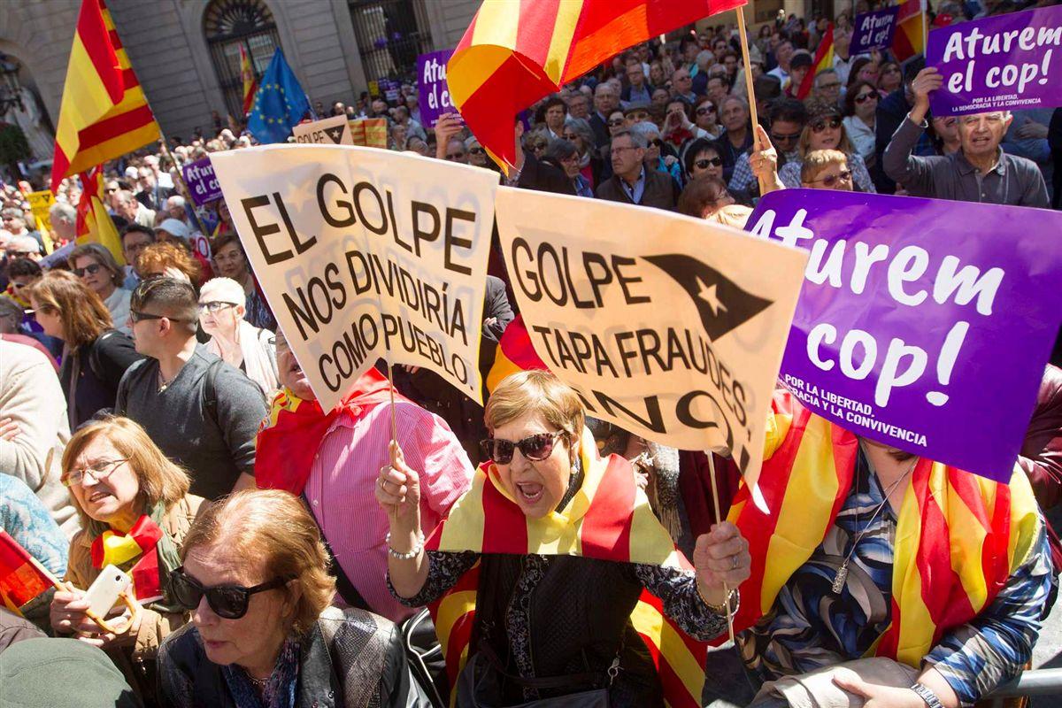 """Resultado de imagem para Milhares manifestam-se em Barcelona contra """"golpe separatista"""""""