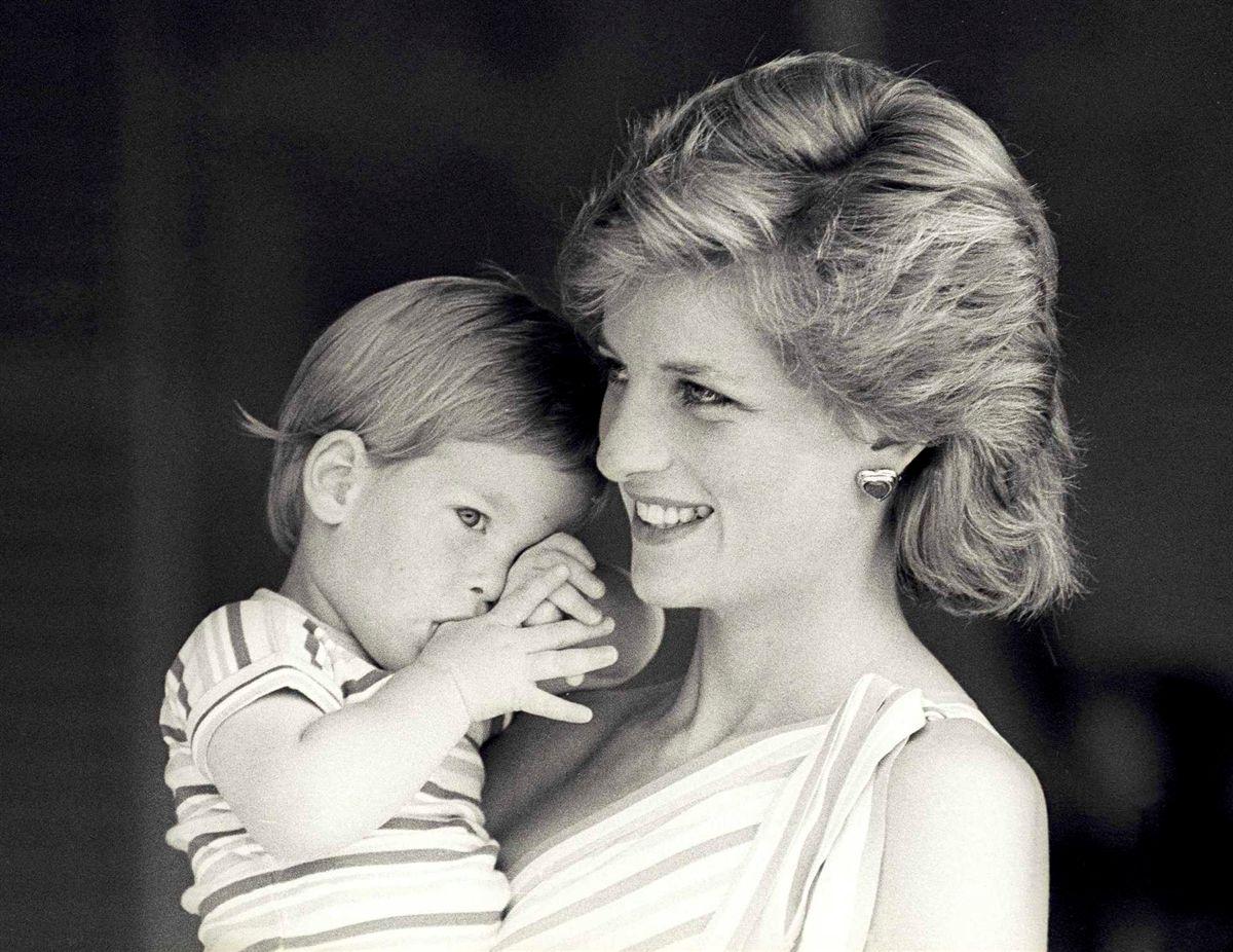 Príncipes William e Harry encomendaram estátua para homenagear a mãe