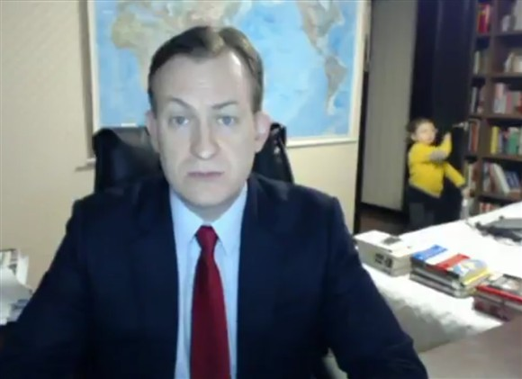 Crianças invadem entrevista ao vivo da BBC e surpreendem espectadores. Assista