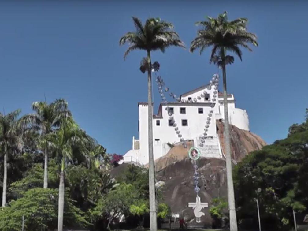 Joana Vasconcelos inaugura terço gigante em Fátima
