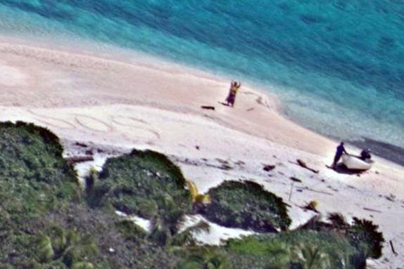 Casal é Resgatado De Ilha Deserta Após Escrever Mensagem Em