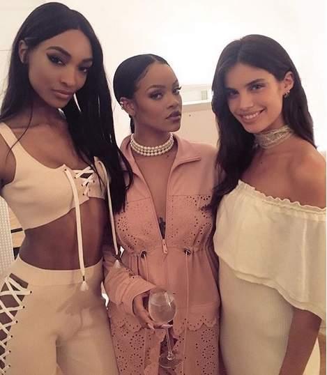 Paris: Sara Sampaio tira fotos com Rihanna na Semana da Moda