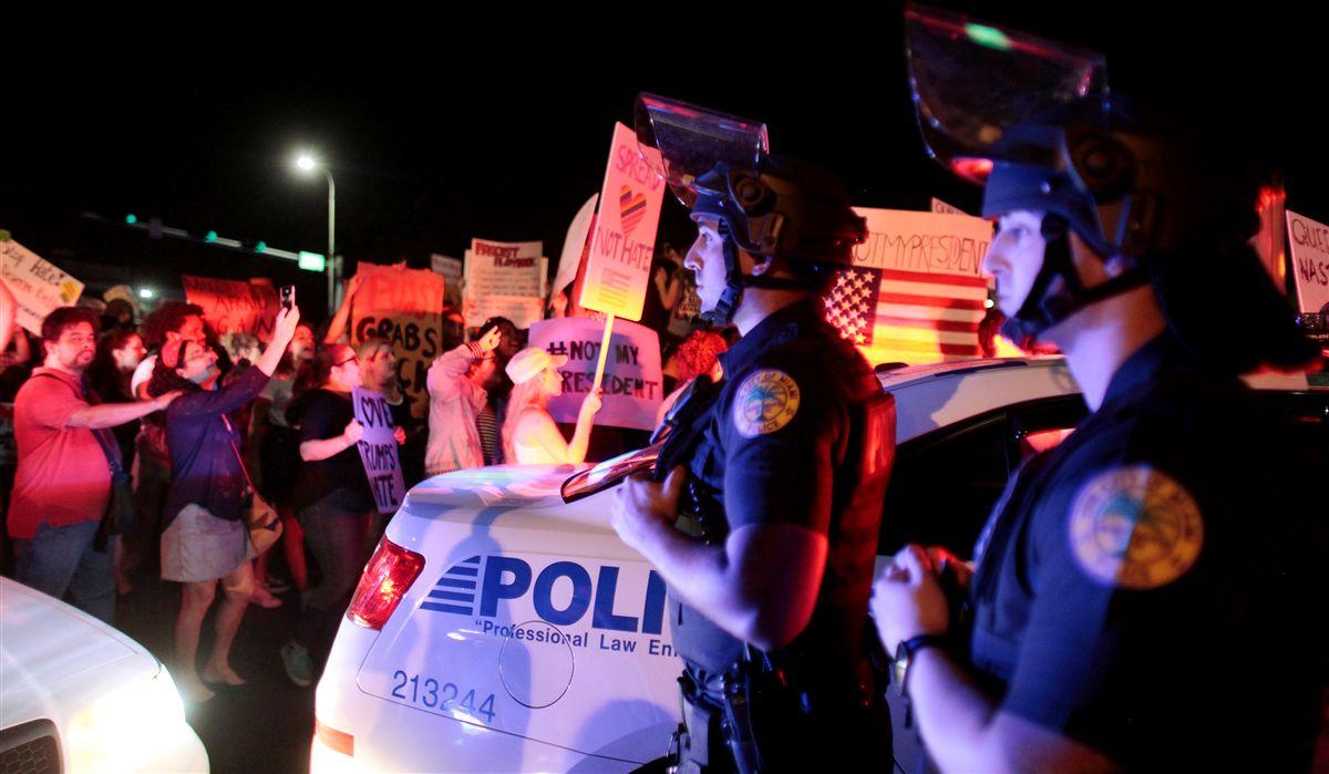Uma pessoa alvejada em protesto contra Trump