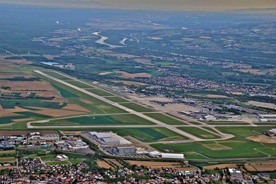 Queda de avião no aeroporto da Suíça faz dois mortos