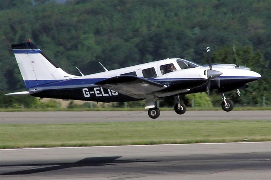 Avião cai após problema na aterrissagem e mata duas pessoas na Suíça