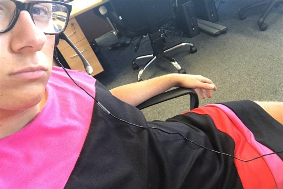 homem usa saia no emprego