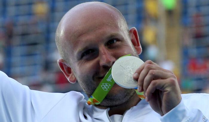 Resultado de imagem para Atleta polaco vende medalha de prata para ajudar uma criança com cancro