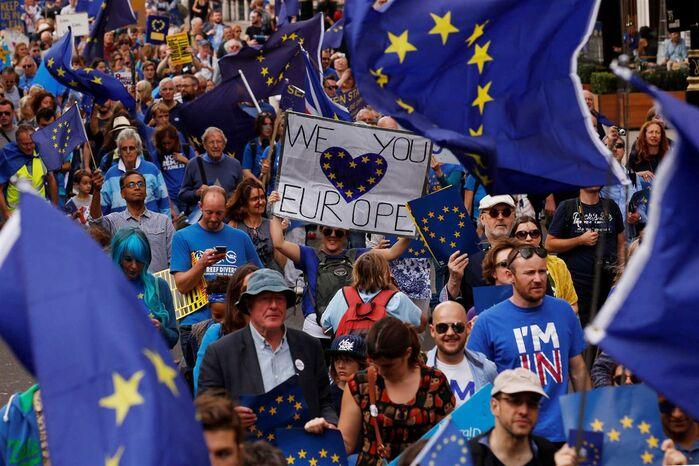 Resultado de imagem para Milhares de pessoas manifestaram-se em várias cidades do Reino Unido contra Brexit