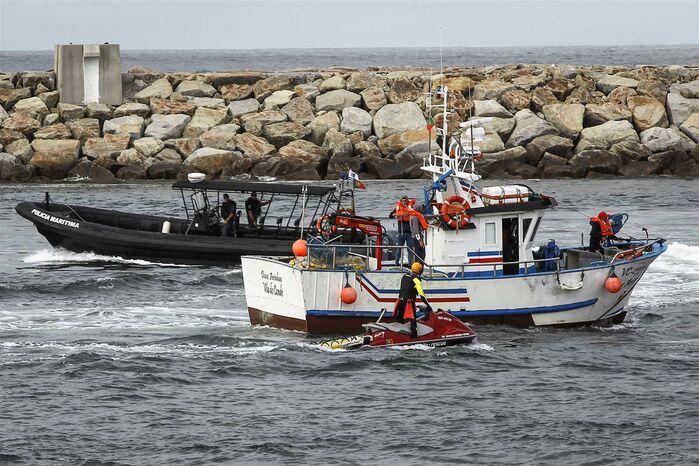 Resultado de imagem para Ondulação vira duas embarcações em Aveiro