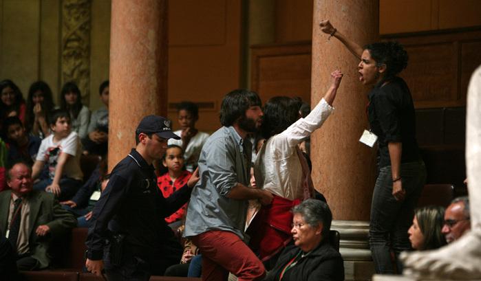 Resultado de imagem para Condenada activista que pediu a Passos que se demitisse