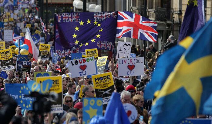 Resultado de imagem para Milhares de pessoas contestam o Brexit nas ruas de Londres