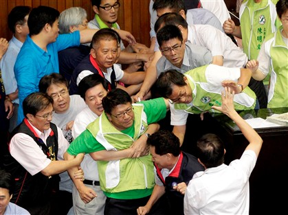 Deputados de Taiwan brigam por referendo nuclear