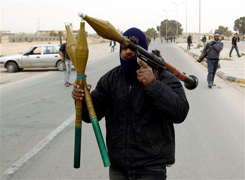Forças de Kadafi cortam estrada que liga Ajdabiya a Benghazi