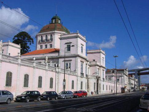 Bolseiros do Instituto Tropical sem receber desde Fevereiro