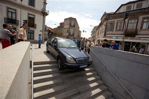 Carro ficou preso em escadaria do Metro do Porto