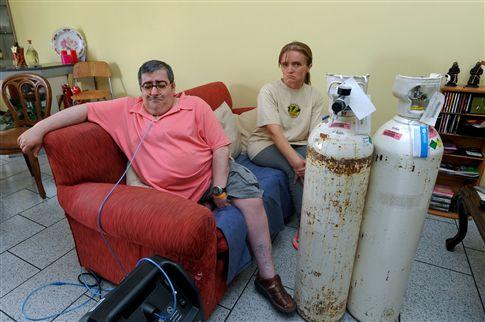 Prisioneiro em casa com duas botijas de oxigénio de 40 quilos
