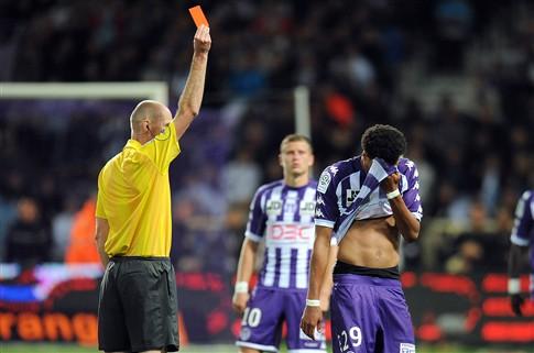 Árbitro francês Antony Gautier dirige o F. C. Porto-APOEL