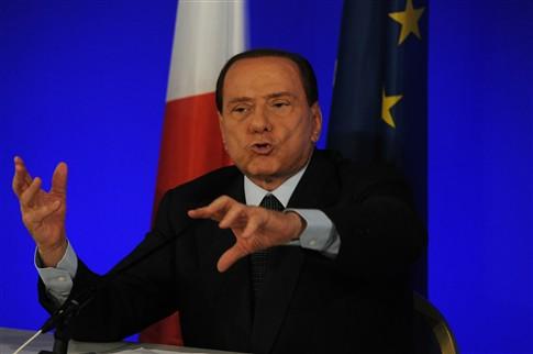 Italianos saem à rua este sábado para pedir demissão de Berlusconi