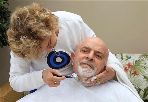 Lula da Silva antecipa efeitos da quimioterapia e corta a barba e o cabelo