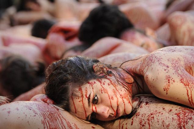 Uma Centena De Homens E Mulheres Nus Salpicados Vermelho Sangue