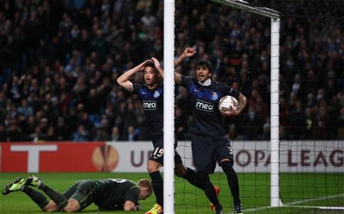 Equipa do F. C. Porto recebida com aplausos à chegada ao aeroporto