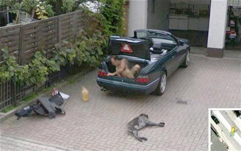 Google Street View apanha homem nu na mala do carro