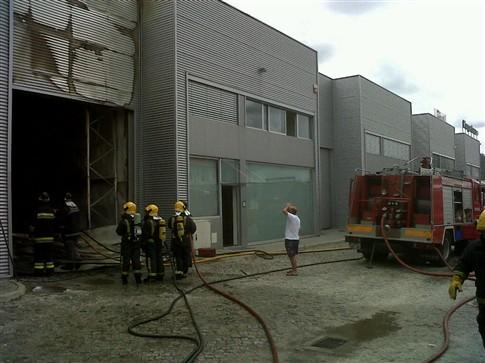 Incêndio destrói armazém de plásticos em Braga