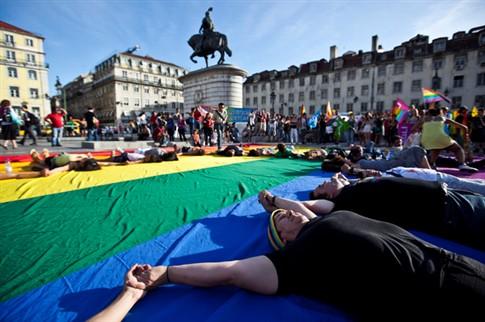 Homossexuais terão regras iguais às dos heterossexuais para adotar crianças em França
