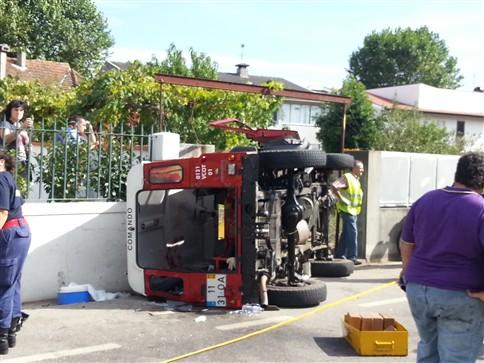 Um ferido grave em acidente com viatura de bombeiros
