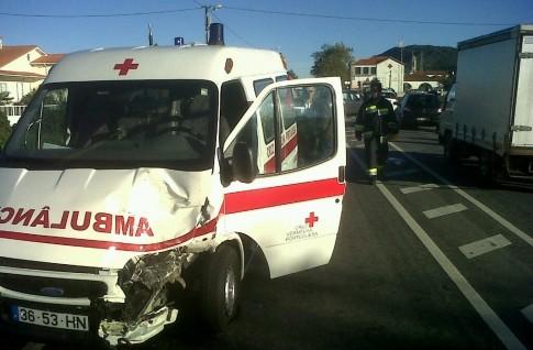 Quatro feridos em acidente com veículo da Cruz Vermelha