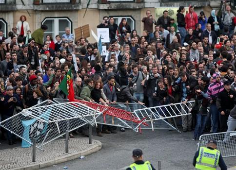 Carga policial dispersou manifestantes na AR após 'ataque' com pedras