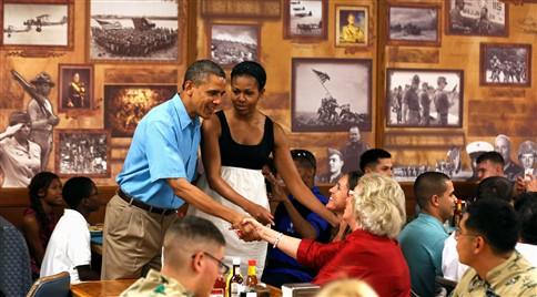 """Obama interrompe férias para tentar evitar """"precipício fiscal"""""""