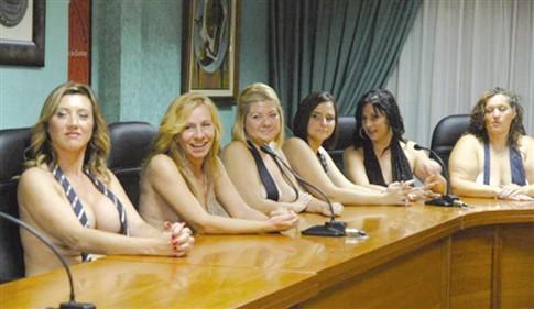 Mães tiram fotos eróticas para pagar transporte dos filhos